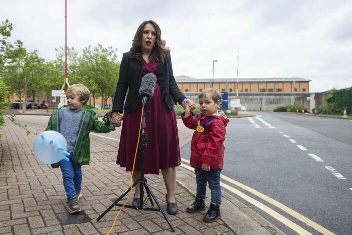 Stella Moris med sønnene utenfør Belmarsh-fengselet der Julian Assange sitter.