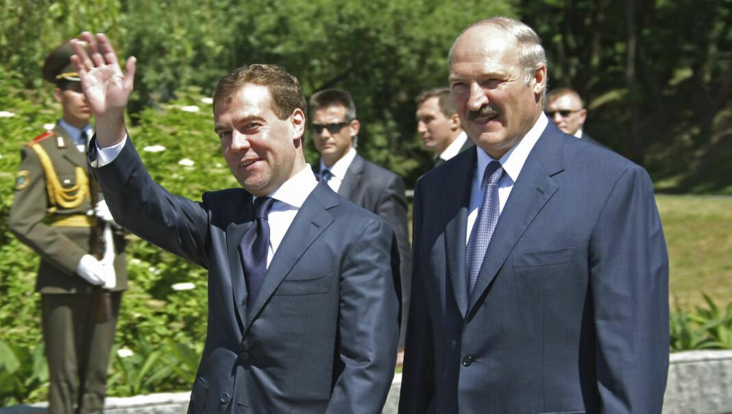 Aleksandr Lukasjenko (til høyre) gjør det stadig vanskeligere å være journalist i Hviterussland. Her med Russlands daværende president Dimitrij Medvedev.