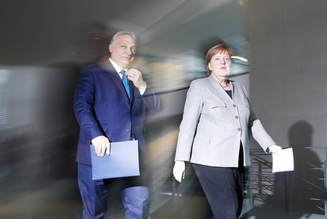 Ungarns statsminister Victor Orbán er å finne på en fersk liste over ledere som grovt undertrykker pressefriheten. Her avbilder med statsminister Angela Merkel.