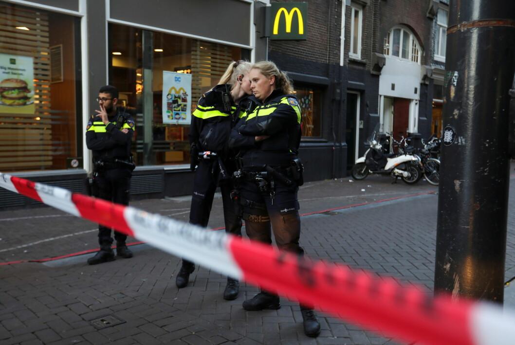 Nederlandsk politi på stedet der TV-reporteren Peter R. de Vries ble skutt i Amsterdam