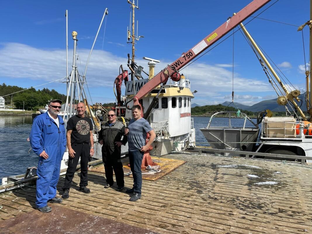 Redaktør i Kyst og Fjord Øystein Ingilæ til høyre sammen med fiskere i Harøysundet i Hustadvika på Nord-Møre.