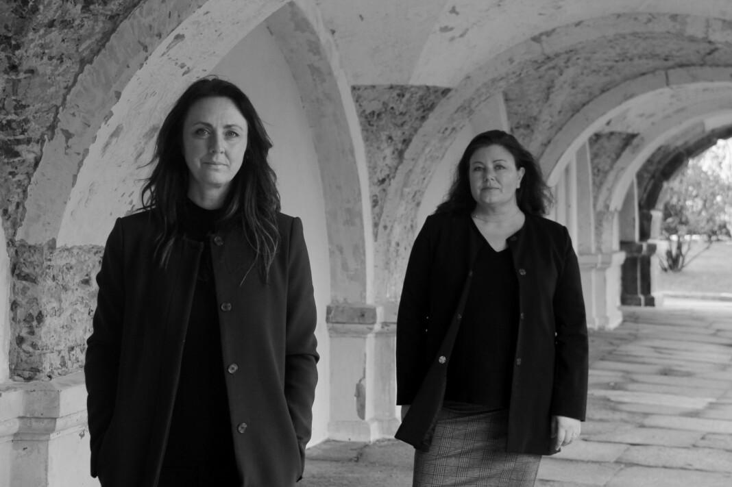Gravejournalist Ingunn Røren (t.h.) har skrevet bok om de berørte fra Operasjon Dark Room sammen med etterforskningsleder Hilde Reikrås.