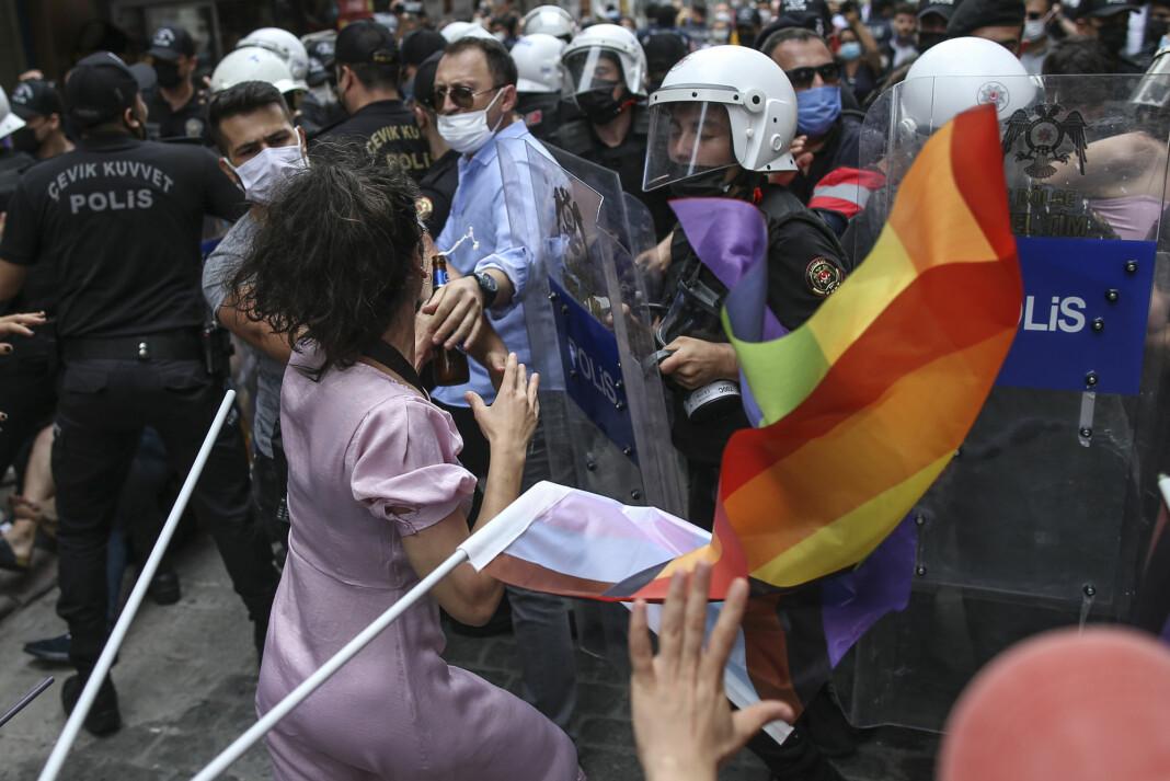Minst fem kvinnelige journalister ble slått og pågrepet av politi under Pride-markeringen i Istanbul i juni.