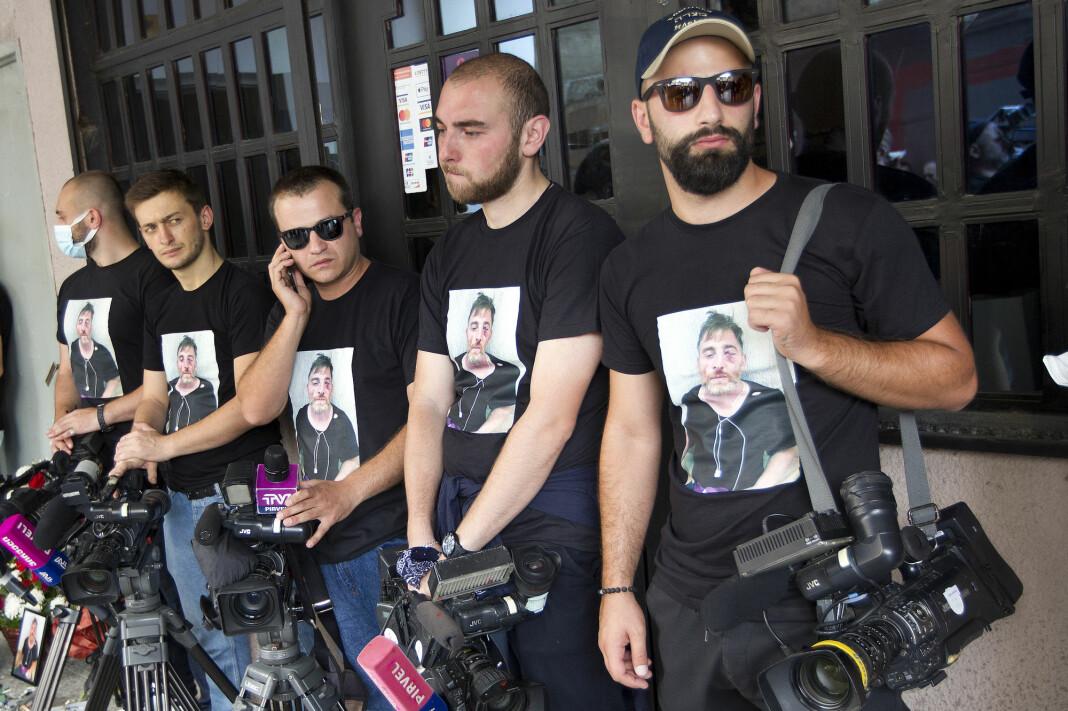 Kollegaer av kameramann Aleksandr Lasjkarava, som døde noen dager etter å ha blitt angrepet av Pride-motstandere.