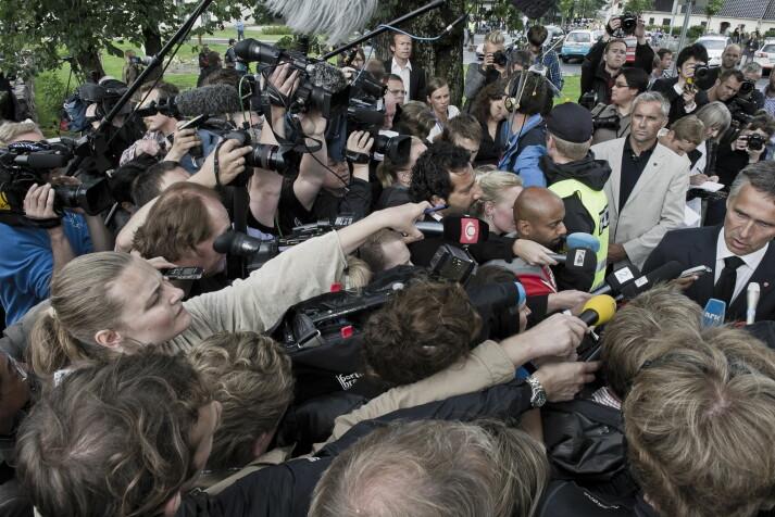 Statsminister Jens Stoltenberg møtter pressen utenfor Sundvolden hotell 23. juli 2011.