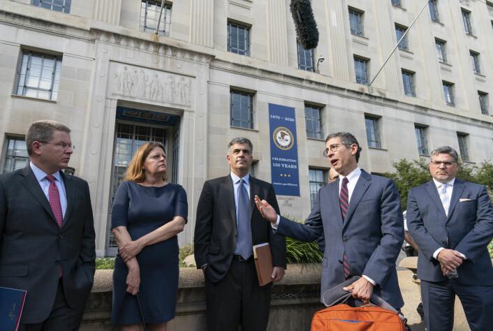 Direktør Bruce Brown (nummer to fra høyre) i Reporters Committee for Freedom of the Press, Sam Feist og Jay Kennedy fra Washington Post og CNNs David Vigilante etter et møte med justisministeren i juni.