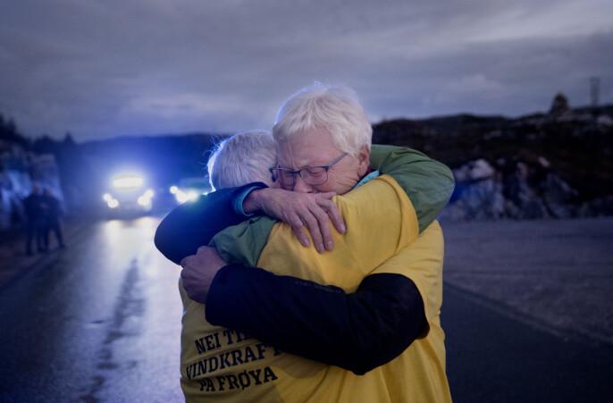 Vinkraftmotstandere på Frøya, juli 2020: Anne Grubba Bottenvik og Elin Grubba Rabben er vokst opp like ved vindkraftverket. Bildet er tatt under en aksjon natten de første turbindelene ble fraktet inn i anlegget.