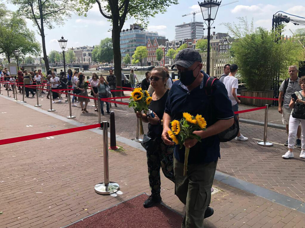 Flere tusen mennesker to i kø for å minnes den drepte journalisten Peter R. de Vries i Amsterdam onsdag.