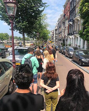 Noen av de fremmøtte sto i kø i flere timer for å ta et siste farvel med Peter R. de Vries, den kjente journalisten som ble drept i et attentat i Amsterdam 6. juli.