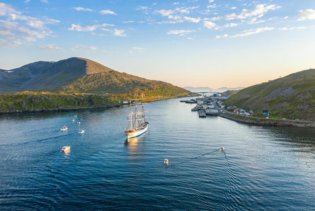 Seilskuta Statsraad Lehmkuhl seiler langs kysten av Norge i NRKs sommerprogram «Sommerskuta». Seertallene hittil ligger imidlertid mye lavere enn i fjor.