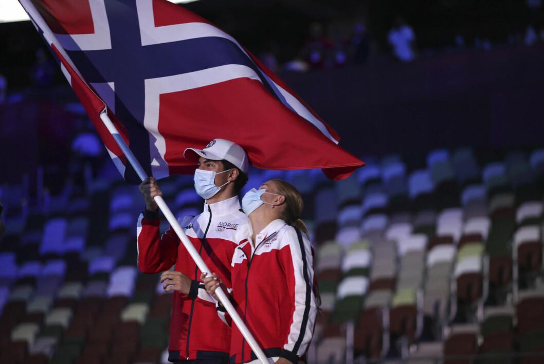 Tomoe Hvas og Anne Tuxen bar Norges flagg under åpningsseremonien i OL.
