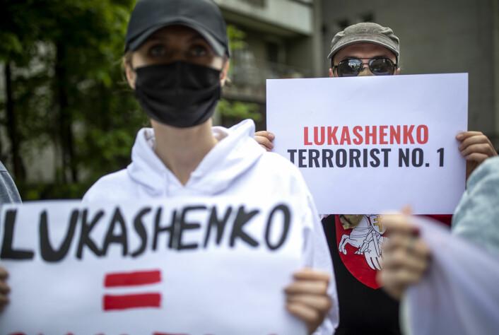 Demonstranter utenfor den amerikanske ambassaden i Litauen protesterer mot at opposisjonsaktivist Roman Protasevitsj. ikke har blitt løslatt fra fengsel i Hviterussland.