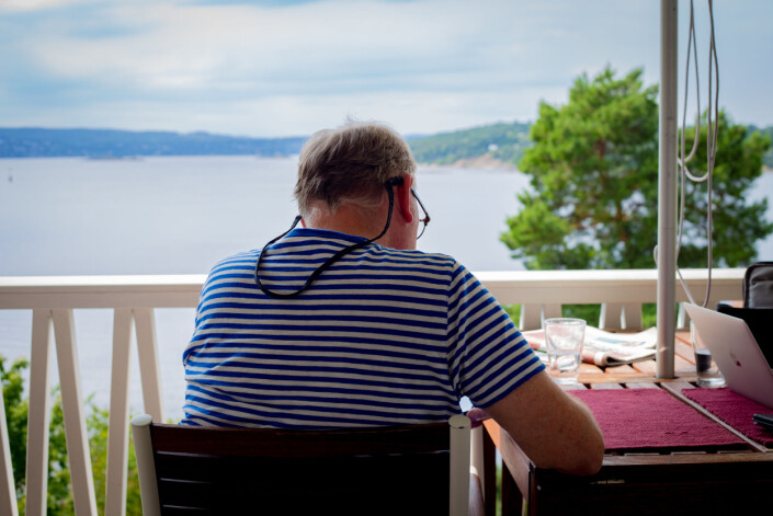Hammerø bor førti meter unna kystlinja ved Norstrand. – Jeg kunne ha sittet hjemme, sett utover havet og lagt kabal hele dagen, men jeg er ikke laget slik, sier han.