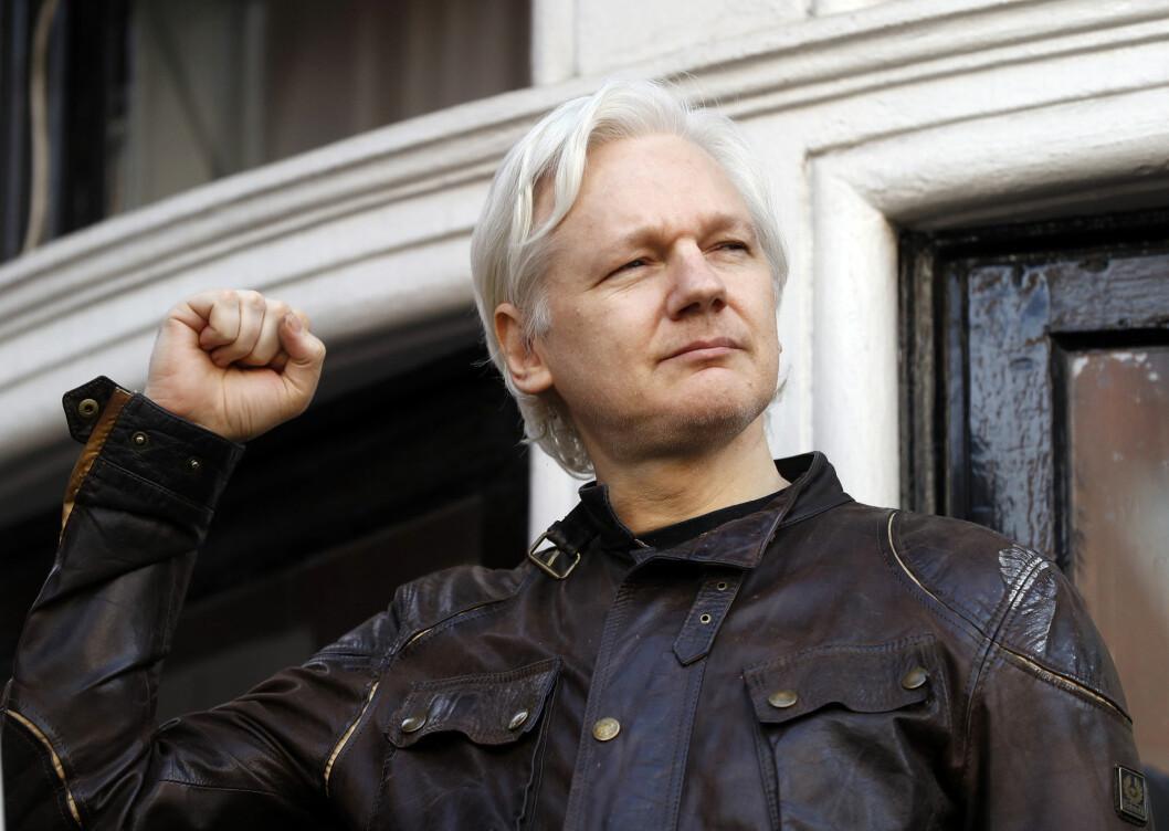 Julian Assange fotografert på utsiden av den ecuadorianske ambassaden i London.