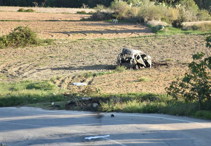 Ambulanse og politi parkert langs veien der en bilbombe eksploderte og drepte Daphne Caruana Galizia (53) i byen Mosta på Malta 16. oktober 2017.
