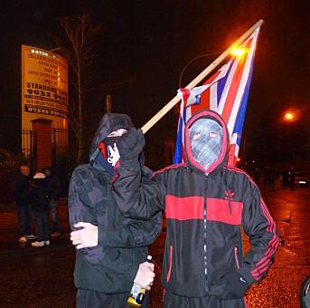 Lojalister i voldsomme flaggdemonstrasjoner utenfor Belfast i 2013.
