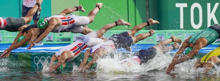 Kristian Blummenfelt (t.v.) og Casper Stornes på vei ut i vannet under triatlonen.