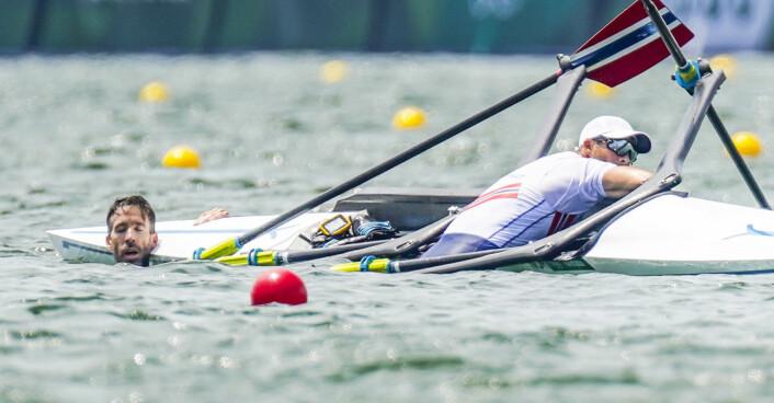 Are Strandli (t.v.) og Kristoffer Brun var på vei til finale, men veltet under semifinalen i dobbeltsculler på roarenaen Sea Forest Park.