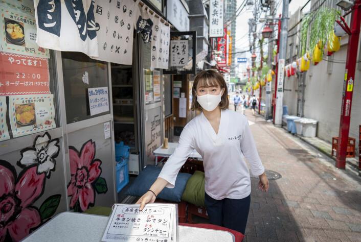 Kaya Nakamura (22) er servitør i bifftunge-restauranten Gyu-tan Iroha i Shinjuku I downtown Tokyo.