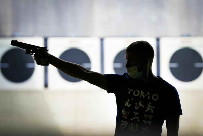 En skytter øver sikter med sin pistol før en konkurranse på Asaka skytterstadion under OL i Tokyo.