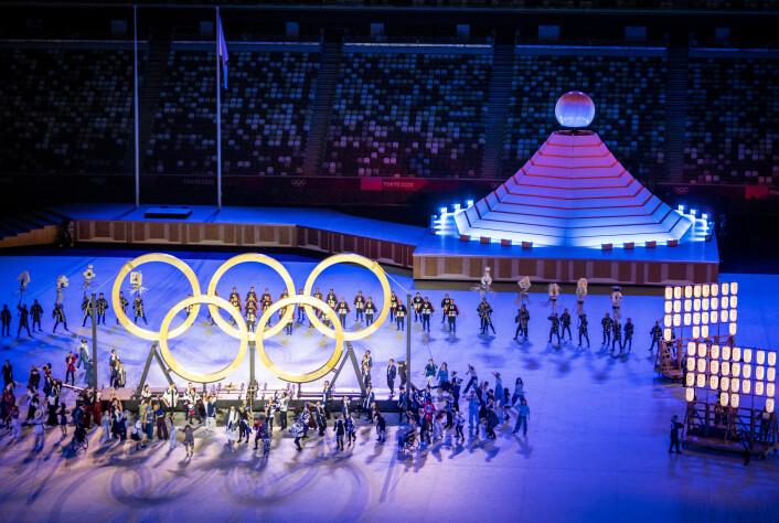 Den historiske åpningsseremonien på Olympiastadion i Tokyo. Kun 950 personer, bestående av funksjonærer, presse og VIP fikk lov til å være til stede i OL-arenaen.