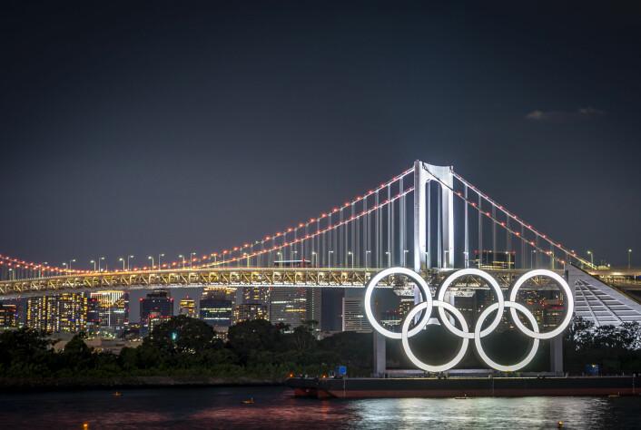 De fem OL ringene pryder den berømte Rainbow Brigde (Regnbuebroen) i Tokyo.