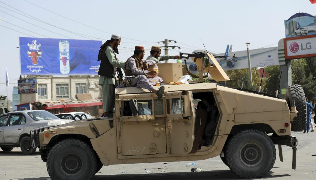 Situasjonen i Afghanistan, og for landets sårbare ytrere, er prekær. Her en Taliban-vaktpost utenfor Kabuls flyplass.