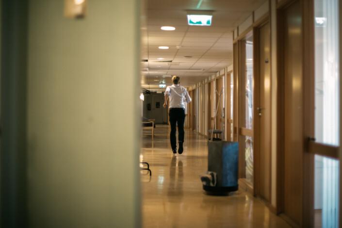 Svein Tore Bergerstuen løper inn til produsent Christian Marstrander for å få hjelp til å fikse mikrofonen