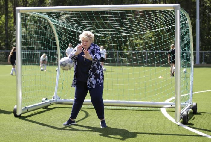 Erna Solberg (H) besøker Hønefoss idrettspark.