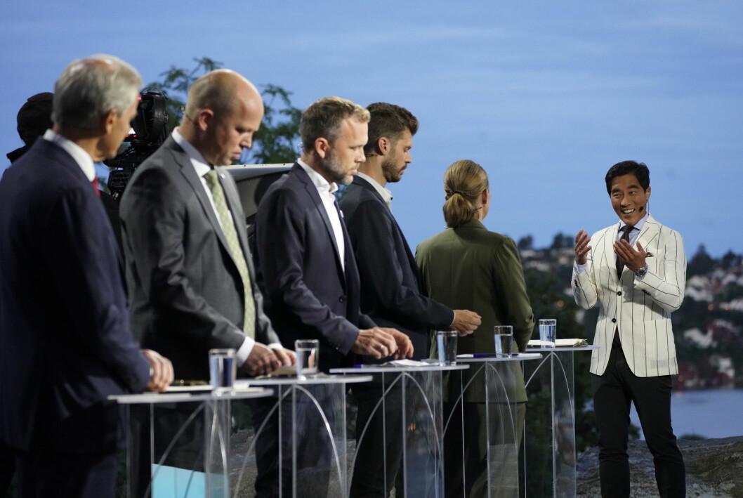 NRK-programleder Fredrik Solvang i samtale med MDG-leder Une Bastholm under mandagens partilederdebatt.