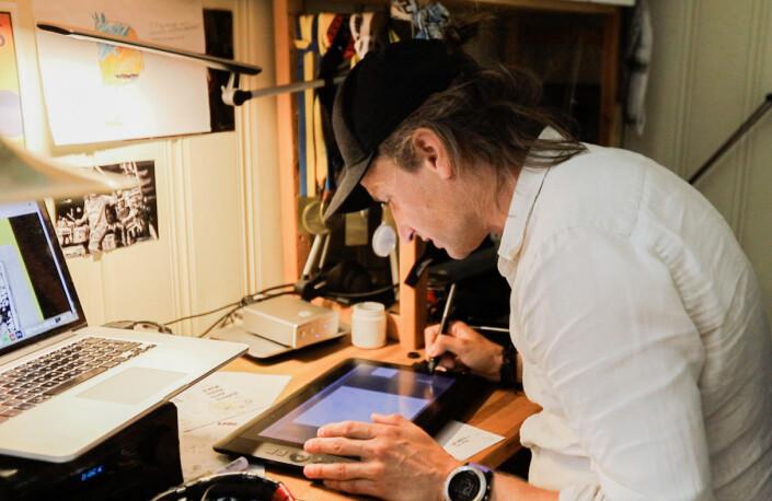 Pål Nordseth tegner månedens Filter Nyheter-forside på hjemmekontoret.