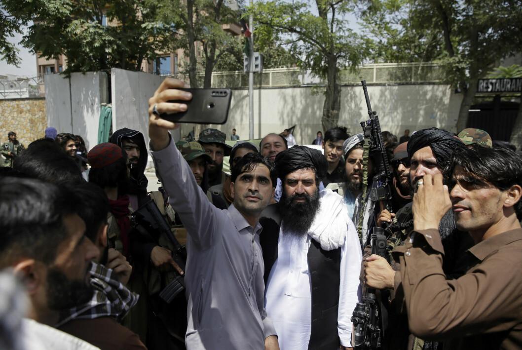 Selfie med Taliban. Ikke alle er like skeptiske til landets nye makthavere.