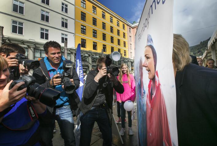 Fra valgkampen 2013. Bildet er i NTB-arkivet merket med følgende tekst: «Høyreleder Erna Solberg gjør alt for å tilfredsstille ivrige pressefotografer når hun driver valgkamp på hjemmebane i Bergen.» Klikk, klikk, klikk!