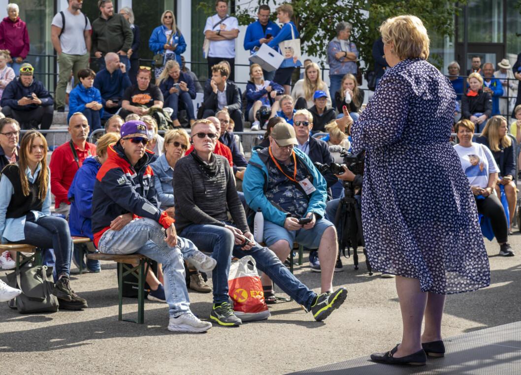 Valgkampanjen handler først og fremst om å treffe folk der de er, både gjennom fysisk tilstedeværelse ute blant folk, og på nett, sier Høyres sjef for digitale medier. Her møter statsminister Erna Solberg velgere i Arendal.