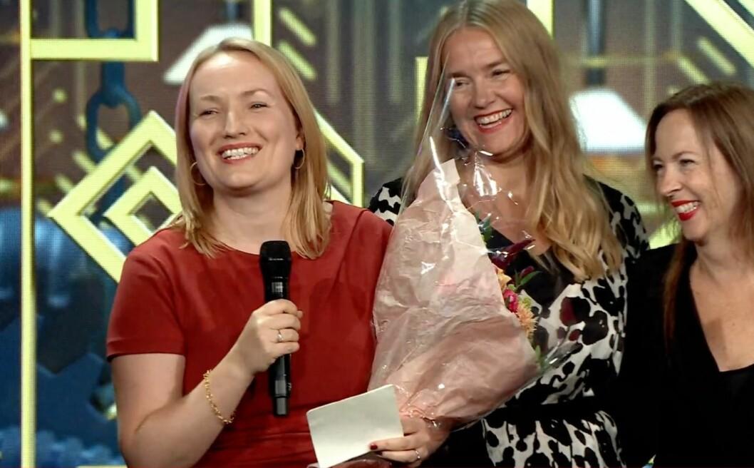 En glad Altså-redaktør, Ida Eliassen-Coker, tar imot prisen for Årets magasin.