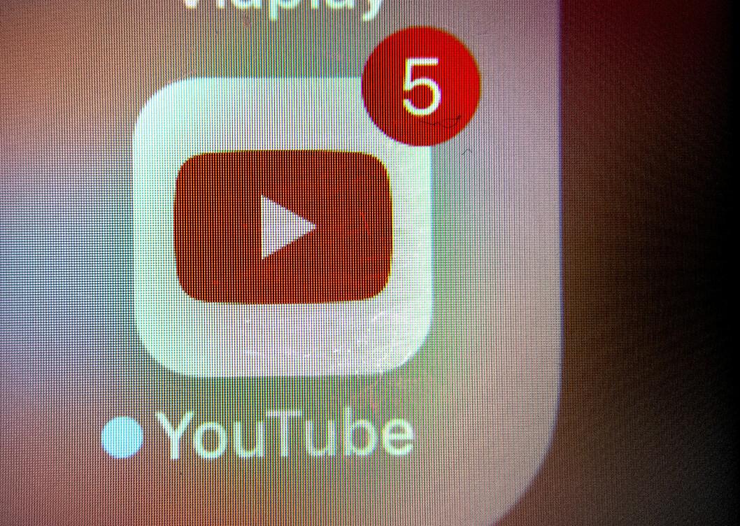 YouTube jobber løpende med å fjerne videoer med feilinformasjon om koronaviruset.