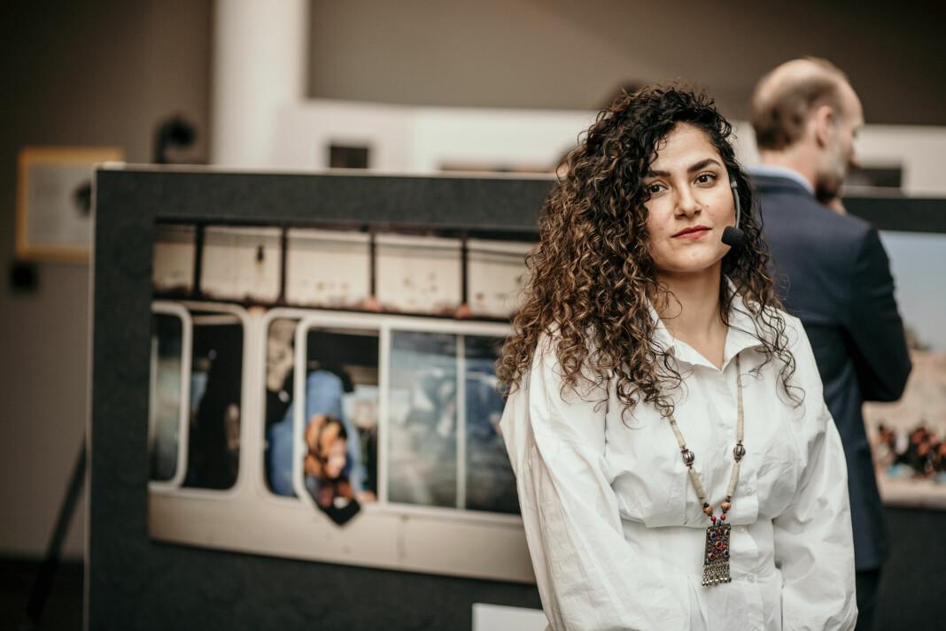 Afghanske Hasina Shirzad er masterstudent i journalistikk ved Oslo Met og en av initiativtagerne bak fotoutstillingen.