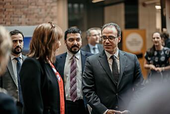 Den Afghanske ambassadøren i Norge, Youssof Ghafoorzai, var også til stede under åpningen av fotoutstillingen.