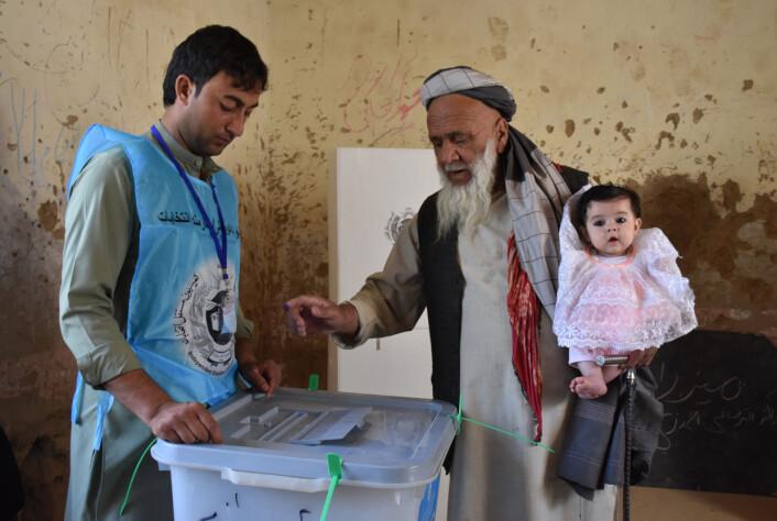 En eldre afghansk mann stemmer under det parlamentariske valget i Afghanistan i 2019.