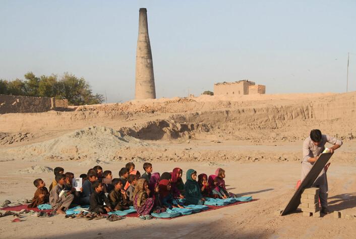 Barn av fabrikkarbeidere blir undervist under åpen himmel i Sorkh-Rod-disktriktet i Nangarharprovinsen. Bildet er tatt i oktober 2015.