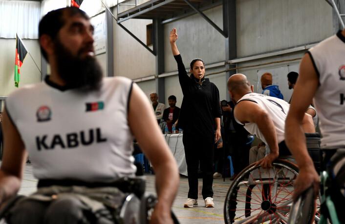 Zuhal Bayat, en afghansk kvinnelig dommer, under finalen i «Disabled Afghan National Wheelchair Basketball Championship's» mellom Kabul-provinsen og Balkh-provinsen. Bildet er tatt i mars 2019 i Kabul.