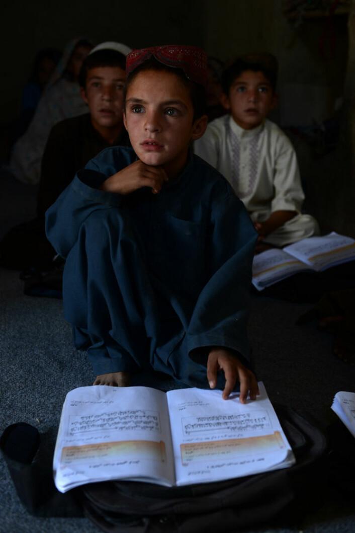 Et afghansk barn på en lokal skole i Kanadaharprovinsen. Bildet er tatt i september 2016.