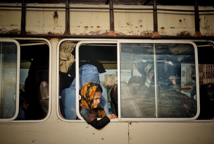 En afghansk jente og moren hennes sitter på en minibuss til Karukhdistiktet i Heratprovinsen. Bildet er tatt i juni 2020.