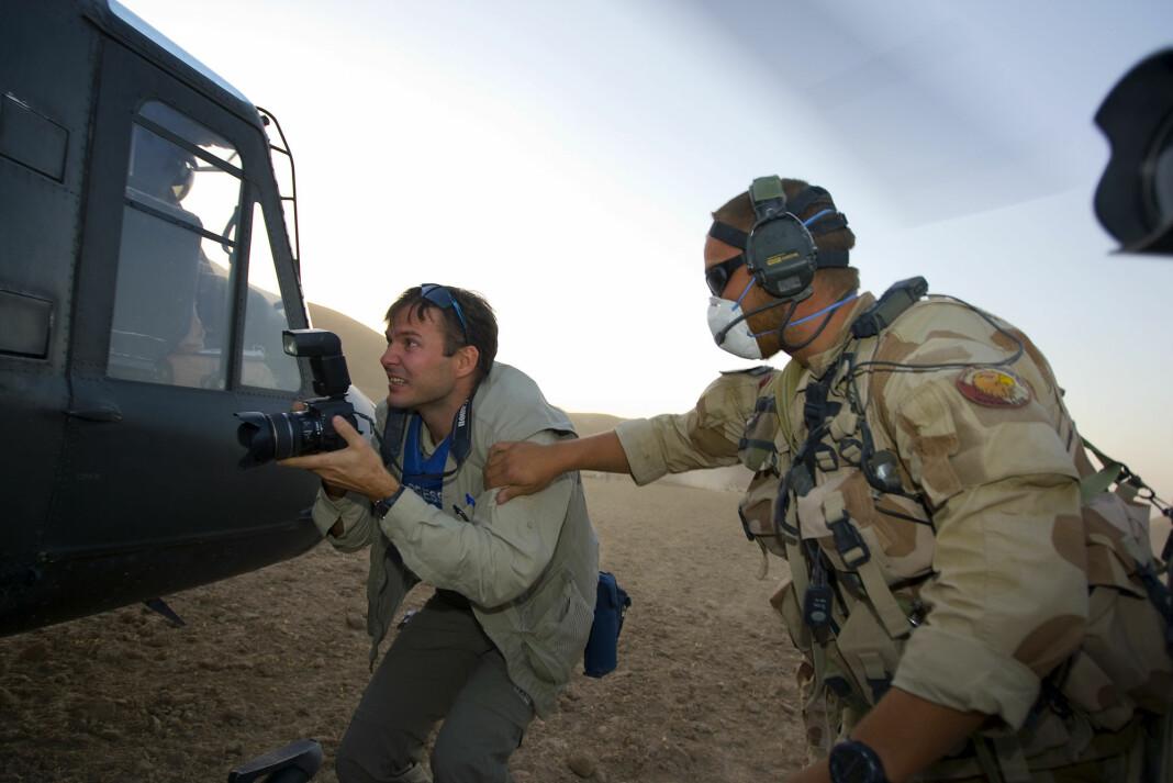 Aftenposten-journalist Tor Arne Andreassen under en øvelse med to av forsvarets Bell-helikoptere i Faryab-provinsen i Afghanistan i 2008.