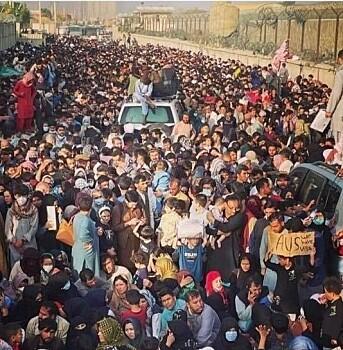 Et folkehav i trengsel utenfor flyplassen i Kabul.
