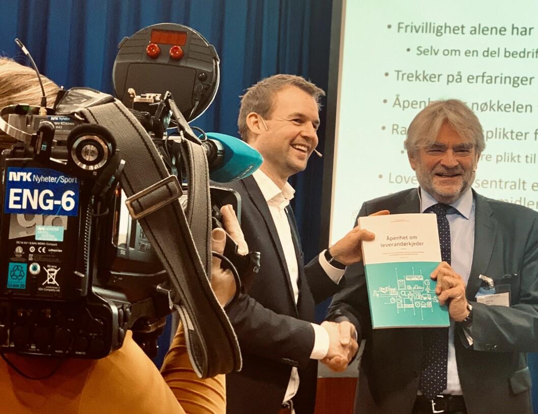 Barne- og familieminister Kjell Ingolf Ropstad tar imot rapporten fra utvalgsleder Olav Mestad.