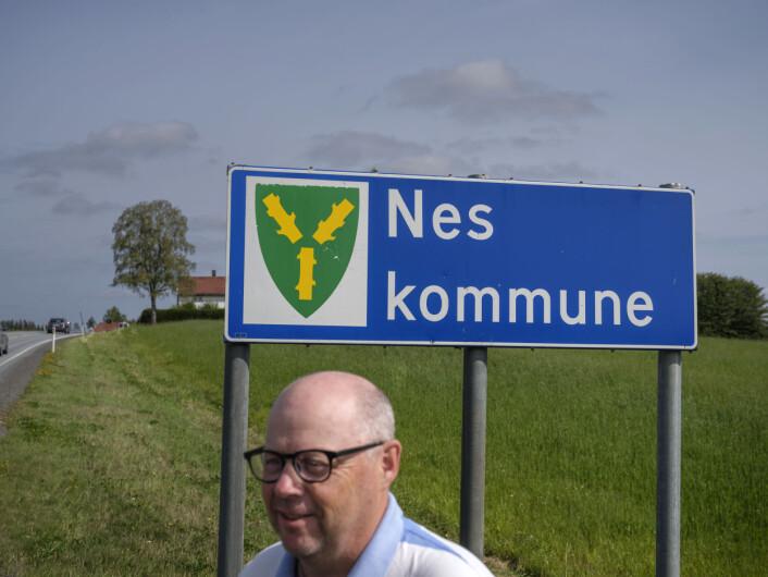 Lokalavisa Raumnes dekker Nes, og bare Nes. Jan Erik Hæhre har jobbet 27 år i redaksjonen.