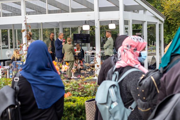 Frem til valgdagen kan forbipasserende se Dagbladets direktesendinger av Valgboden. Her har det samlet seg flere familier og skoleklasser.