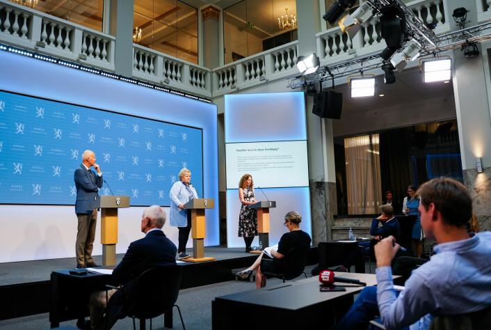 Pressen møter statsminister Erna Solberg og helsetoppene.