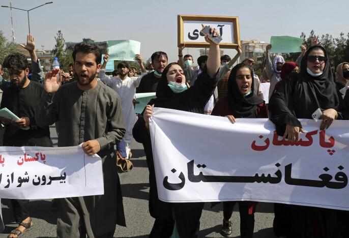 Tirsdag og onsdag var det flere demonstrasjoner i Kabul. To journalister som dekket en demonstrasjon, ble pågrepet og banket opp av Taliban-soldater.